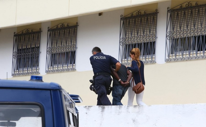 Momento da chegada do suspeito à esquadra da PSP