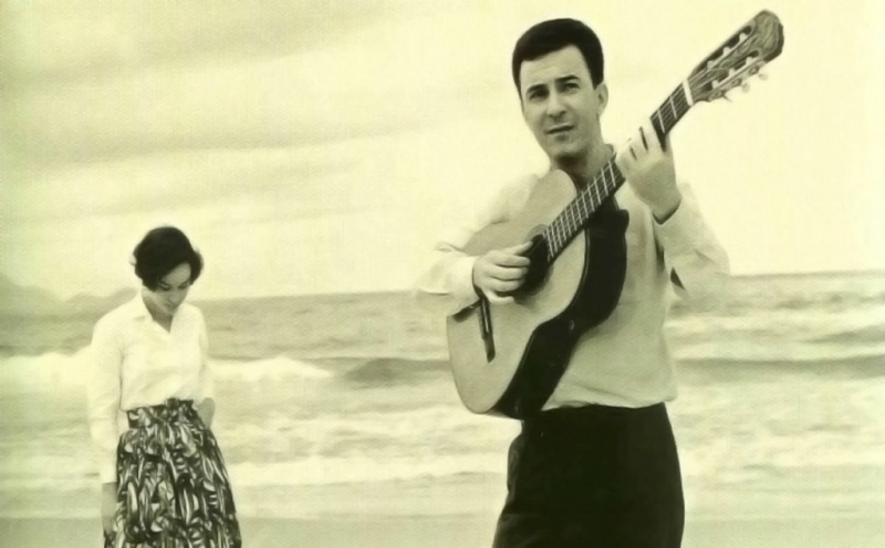 Na foto, João Gilberto ainda jovem com a cantora Astrud Gilberto com quem gravaria várias músicas.