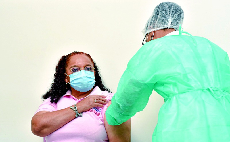 A 18 de Março, a enfermeira Elga Fontes Bandiane, de 63 anos, foi a primeira pessoa a ser vacinada contra a COVID-19 em Cabo Verde